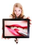 Κορίτσι που παρουσιάζει ταμπλέτα με το χειλικό κραγιόν makeup Στοκ Φωτογραφίες