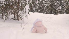 Κορίτσι που περιέρχεται στο χιόνι απόθεμα βίντεο