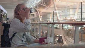 Κορίτσι που περιμένει σε έναν αερολιμένα απόθεμα βίντεο