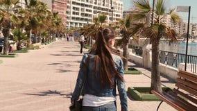 Κορίτσι που περπατά και που προσέχει το λιμάνι απόθεμα βίντεο