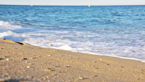 Κορίτσι που περπατά κατά μήκος μιας αμμώδους παραλίας απόθεμα βίντεο