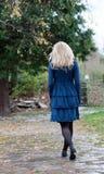 Κορίτσι που περπατά μακριά σε ένα πάρκο Στοκ Εικόνες