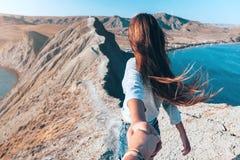 Κορίτσι που περπατά στην κορυφή βουνών στοκ εικόνα