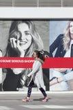 Κορίτσι που περπατά στην περιοχή αγορών με τους πίνακες διαφημίσεων μόδας, Πεκίνο, Κίνα Στοκ εικόνα με δικαίωμα ελεύθερης χρήσης