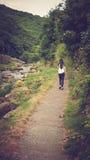 Κορίτσι που περπατά στην πορεία του ποταμού της ανατολικής Lyn Στοκ Φωτογραφία