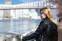 Κορίτσι που περπατά στην πόλη της Νέας Υόρκης πάρκων Στοκ Φωτογραφία