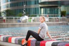 Κορίτσι που περπατά στην υπεράσπιση Λα στο Παρίσι Στοκ Εικόνες
