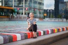 Κορίτσι που περπατά στην υπεράσπιση Λα στο Παρίσι Στοκ Εικόνα