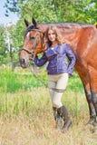 Κορίτσι που περπατά στο πάρκο με ένα άλογο Στοκ Εικόνα
