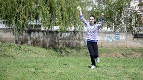 Κορίτσι που πετά έναν ικτίνο σε ένα λιβάδι απόθεμα βίντεο