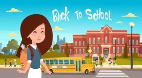 Κορίτσι που πηγαίνει πίσω στο σχολείο πέρα από την ομάδα μαθητών που περπατούν από τους κίτρινους σπουδαστές μαθητών λεωφορείων α απεικόνιση αποθεμάτων
