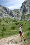 Κορίτσι που πηγαίνει στο πεζοπορώ βουνών Στοκ φωτογραφία με δικαίωμα ελεύθερης χρήσης