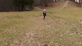 Κορίτσι που πηγαίνει στο σπίτι από το σχολείο φιλμ μικρού μήκους