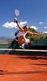 κορίτσι που πηδά την καθαρή αντισφαίριση Στοκ φωτογραφία με δικαίωμα ελεύθερης χρήσης