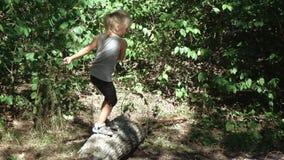 Κορίτσι που πηδά από τα κούτσουρα απόθεμα βίντεο
