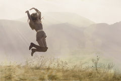 Κορίτσι που πηδά μέσω των ακτίνων πρωινού Στοκ φωτογραφία με δικαίωμα ελεύθερης χρήσης