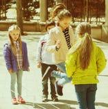 Κορίτσι που πηδά με το πηδώντας σχοινί με τους φίλους Στοκ Εικόνα