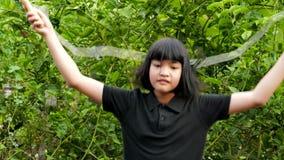 Κορίτσι που πηδά με το σχοινί απόθεμα βίντεο