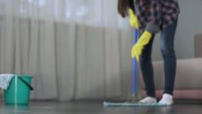 Κορίτσι που πλένει προσεκτικά το πάτωμα του δωματίου ξενοδοχείου πριν από την άφιξη των φιλοξενουμένων, καθαρισμός απόθεμα βίντεο