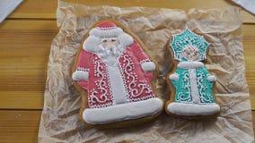 Κορίτσι που προετοιμάζει τα μπισκότα μελοψωμάτων για τα Χριστούγεννα απόθεμα βίντεο