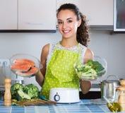 Κορίτσι που προετοιμάζει τα ψάρια και veggies στοκ εικόνα