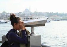 Κορίτσι που προσέχει τη Ιστανμπούλ με διοφθαλμικό Στοκ Φωτογραφίες