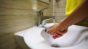 Κορίτσι που πλένει και που σκουπίζει τα χέρια της φιλμ μικρού μήκους