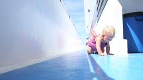 Κορίτσι που σέρνεται στη γέφυρα απόθεμα βίντεο