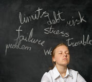Κορίτσι που σκέφτεται για τα προβλήματα Στοκ φωτογραφία με δικαίωμα ελεύθερης χρήσης