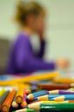 Κορίτσι που σκέφτεται για την τέχνη Στοκ Φωτογραφία