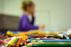 Κορίτσι που σκέφτεται για την τέχνη Στοκ φωτογραφία με δικαίωμα ελεύθερης χρήσης