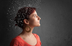 κορίτσι που σκέφτεται με τα αφηρημένα εικονίδια στο κεφάλι της Στοκ φωτογραφία με δικαίωμα ελεύθερης χρήσης