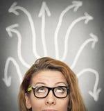 Κορίτσι που σκέφτεται την έρευνα της λύσης αβέβαιης διανυσματική απεικόνιση