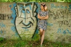 Κορίτσι που στέκεται κοντά στον τοίχο Στοκ εικόνες με δικαίωμα ελεύθερης χρήσης