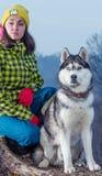 Κορίτσι που στέκεται με ένα σκυλί γεροδεμένο στα βουνά Στοκ φωτογραφίες με δικαίωμα ελεύθερης χρήσης