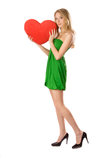 Κορίτσι που στέκεται με τη μεγάλη κόκκινη καρδιά στοκ εικόνες