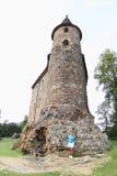 Κορίτσι που στέκεται μπροστά από τον πύργο Velhartice Castle Στοκ Εικόνες