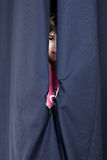 Κορίτσι που στέκεται πίσω από velum Στοκ φωτογραφίες με δικαίωμα ελεύθερης χρήσης