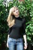 κορίτσι που στέκεται πλη& Στοκ φωτογραφία με δικαίωμα ελεύθερης χρήσης
