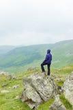 Κορίτσι που στέκεται σε έναν βράχο στοκ εικόνες