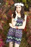 Κορίτσι που στέκεται σε ένα κόκκινο δάσος στοκ φωτογραφίες