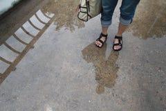 Κορίτσι που στέκεται σε μια γέφυρα Δημιουργική φωτογραφία της διάθεσης βροχής Γυναίκα ` s Στοκ εικόνα με δικαίωμα ελεύθερης χρήσης
