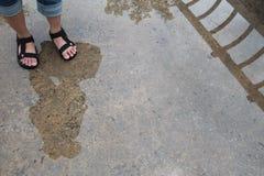 Κορίτσι που στέκεται σε μια γέφυρα Δημιουργική φωτογραφία της διάθεσης βροχής Γυναίκα ` s Στοκ φωτογραφίες με δικαίωμα ελεύθερης χρήσης