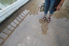 Κορίτσι που στέκεται σε μια γέφυρα Δημιουργική φωτογραφία της διάθεσης βροχής Γυναίκα ` s Στοκ φωτογραφία με δικαίωμα ελεύθερης χρήσης