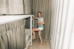 Κορίτσι που στέκεται σε μια μοντέρνη κρεβατοκάμαρα ξενώνων Στοκ φωτογραφίες με δικαίωμα ελεύθερης χρήσης