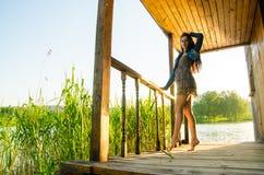 κορίτσι που στέκεται σε μια ξύλινη αποβάθρα Στοκ Φωτογραφίες