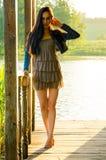 κορίτσι που στέκεται σε μια ξύλινη αποβάθρα Στοκ εικόνες με δικαίωμα ελεύθερης χρήσης
