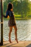 κορίτσι που στέκεται σε μια ξύλινη αποβάθρα Στοκ εικόνα με δικαίωμα ελεύθερης χρήσης