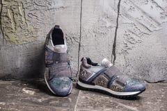 Κορίτσι που στέκεται στα μοντέρνα πάνινα παπούτσια αστικό ύφος μόδας Στοκ εικόνα με δικαίωμα ελεύθερης χρήσης
