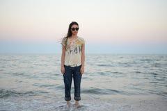 Κορίτσι που στέκεται στη θάλασσα Στοκ Εικόνες